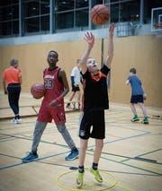 Volle Konzentration: Die Spieler des Special-Basketball-Teams feilen an ihrem Wurf. (Bild: Ralph Ribi)