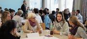 Ganz viele Akteure rund um die frühe Förderung fanden sich zum Austausch im Oberstufenzentrum Lichtensteig ein. Stehend Moderator Andy Limacher. (Bilder: Martina Signer)