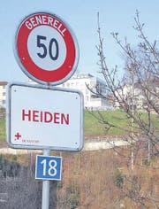 Mit Ortstafeln, die bis 14. November in Weiss mit roter Schrift gehalten sind, wird in Heiden auf das Dunant-Jahr 2010 hingewiesen. (Bild: pd)