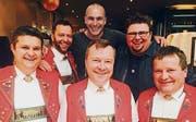 Der Rüthner Patrick Koller (hinten in der Mitte) wird zusammen mit seinem Musikerkollegen Charly Bereiter und den Sängerfreunden am Donnerstag, 17. August, im «Donnschtig-Jass» zu sehen und zu hören sein. Sie performen den Partyhit «Dini Seel ä chli la bambälä la». (Bild: pd)