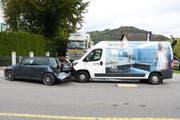 Der 19-jährige Lieferwagen-Fahrer übersah den stillstehenden PW und prallte in dessen Heck. (Bild: Kapo SG)