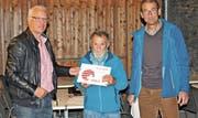 Architekt Felix Widmer, Schindelmacher Emil Näf sowie Regionalförster Erwin Rebmann (von links) bei der Übergabe des Labels «Herkunftszeichen Schweizer Holz». (Bild: PD)