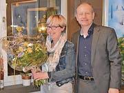 Thomas Bolt bedankt sich bei Marlies Zellweger für die langjährige Tätigkeit beim Spitex-Verein. (Bild: pd)