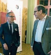 Referent Christoph Brunner (links) tauscht sich mit Regierungsrat Bruno Damann aus. Beim Apéro gingen die Diskussionen rege weiter. (Bilder: PD)