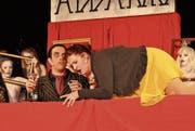 Selbst Gomez Addams (Philipp Guldimann) und die Ahnen im Hintergrund staunen über die Verwandlung der sonst etwas biederen Alice Beineke (Yara Schmitter), als diese auf dem Tisch von ihren innigsten Wünschen singt. (Bilder: Zita Meienhofer)