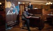 Pino Buoro (links) vom Jazzverein Gambrinus und Hoteldirektor Michael Vogt im Einstein-Bistro. (Bild: Ralph Ribi)