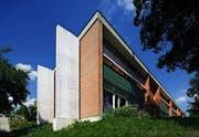 Die Schulanlage Feldli entstand Mitte der Fünfzigerjahre – dank einer sorgsamen Modernisierung ist sie als Baudenkmal erhalten geblieben und genügt dennoch heutigen Ansprüchen. (Bilder: Hanspeter Schiess)