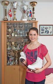 Die 18-jährige Christina Niederer hat kaum mehr Platz für ihre vielen Auszeichnungen. (Bild: David Suter)