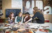 Schülerinnen der Fachklasse Grafik diskutieren die Vorzüge der Olma-Plakat-Entwürfe. (Bild: Ralph Ribi (St. Gallen, 5. Oktober 2016))