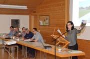 Imelda Stadler (rechts) informierte als Gemeindepräsidentin rund 50 Stimmberechtigte an der Lütisburger Vorversammlung. (Bild: Christoph Heer)
