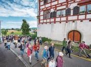 Auch Stadtpräsident Thomas Scheitlin (vorne ganz in Blau) nahm den Weg unter die Füsse. Hier beim Schloss Egg in Wittenbach. (Bild: Urs Bucher)