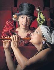«Nicht nur für Kinder»: Figurenspielerin Kathrin Bosshard (mit Zylinder) und Erzählerin Claudia Wirth. (Bild: Michel Canonica)