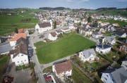 Noch ist die Fläche in Andwil zwischen Gemeindehaus und Pfarrheim grün. Geplant ist hier eine Wohnüberbauung mit vier Häusern. (Bild: Urs Bucher und Benjamin Manser)