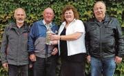 Marlis Mattle durfte als Sponsor die neue Kanne an den Cup-Sieger Josef Fritsche übergeben. Robert Duff (l.) wurde Zweiter und Hans-Rudolf Stalder (r.) Dritter. (Bild: pd)