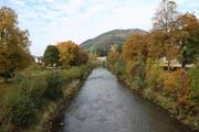 Zugänge sollen dort geschaffen werden, wo der Bedarf vorhanden ist und flache Böschungen möglich sind, etwa beim Gemeindehaus oder wie hier im Bereich des Campus Wattwil. (Bild: Martin Knoepfel)