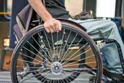 Wie es dazu kam, dass der Rollstuhlfahrer in den See fiel, ist unklar. (Bild: Keystone (Symbolbild))