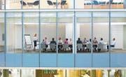 Frauen sind in den Chefetagen von Schweizer Unternehmen oft in der Unterzahl. (Bild: Getty)