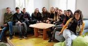 Die Ethikklasse der dritten Oberstufe St. Peterzell und ihre Lehrerin Claudia Gagno (rechts) freuen sich über den neugestalteten Jugendtreff. Am Samstag wird sich entscheiden, ob das Projekt zu den vier besten der Region gehört. (Bild: Angela Hess)