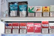 Seit diesem Jahr sind in der Schweiz legale Cannabis-Produkte wie CBD-Hanf (oben links) oder -Zigaretten (rechts davon) erhältlich. (Bild: GAETAN BALLY (KEYSTONE))