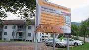 In Lichtensteig wirbt ein Plakat für total sanierte Mietwohnungen. Im Toggenburg jedoch sinkt die Zahl des verfügbaren Mietwohnraumes. (Bild: Serge Hediger)