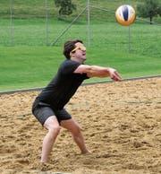 Pascal Bürki vom Turniersieger «Carpe Diem» schlägt einen wuchtigen Angriffsball. (Bilder: Lukas Würmli)