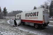 Der Lieferwagen kollidierte in der Autobahneinfahrt Wil mit einem Lastwagen. (Bild: Kapo SG)