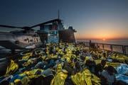 Das einzige Gold, welches die Migranten auf der Suche nach ihrem Eldorado finden, sind die Wärmedecken der Flüchtlingshilfe. (Bilder: PD)