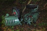 Der Traktor stürzte rund 100 Meter in die Tiefe. (Bild: Kapo SG)