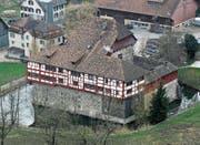 Das Wasserschloss ist renovationsbedürftig. (Bild: Reto Martin (April 2013))