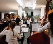 Die nüchterne Vorhalle in der Kanti Wattwil hat sich stimmungsvoll verwandelt und zeigte sich für die klassischen Hits dicht besetzt. (Bild: Peter Küpfer)