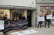 Tierrechtsaktivisten skandieren vor dem neueröffneten Veganer-Laden ihre Slogans. Kurz danach greift die Polizei ein. (Bild: Reto Voneschen)