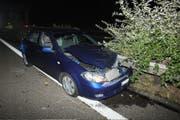 Ein Autofahrer bemerkte einen Unfallwagen zu spät und prallte in die geöffneten Türen.