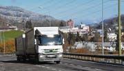 Strassen wie die über den Ricken sind für Lastwagenfahrer mühsam und anspruchsvoll. (Bild: Urs M. Hemm)