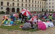 Schule einmal anders: Mit Badetuch und Regenschirm auf dem Klosterplatz Znüni essen. (Bild: Manuel Roth)