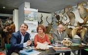 «Körperwelten» im Naturmuseum: Toni Bürgin, Veronica Hälg und Arno Noger (von links) lancieren den Abstimmungskampf im Depot. (Bild: Urs Bucher)