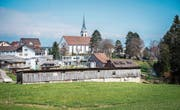 Die Hühnerställe befinden sich in Zentrumsnähe, im Norden stehen Wohnhäuser und die Pfarrkirche. (Bild: Urs Bucher)
