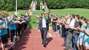 Die hiesigen Vereine zollen dem dem neugewählten Kantonsratspräsidenten Ivan Louis mit einem Spalier ihren Respekt. (Bild: Urs M. Hemm)