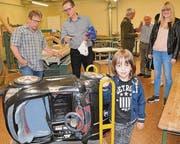 Julian mit seinem Audi-Cabrio, das er mit neugierigem Forscherdrang untersucht hat und das nun ein Fall für den Elektriker ist. (Bild: Kathrin Meier-Gross)