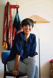 Fröhlich und unkompliziert: Die Designerin Claudia Caviezel in ihrer St. Galler Altbauwohnung. (Bild: Michel Canonica)