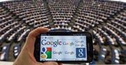 Google & Co. sind Gegenstand politischer Auseinandersetzungen in Europas Parlamenten. (Bild: Patrick Seeger/Keystone (Strassburg, 27. November 2014))