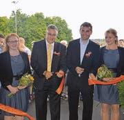 Baukommissionspräsident Andrea Taverna und Gemeindepräsident Alexander Bommeli (rechts) übergeben die Halle ihrer Bestimmung.