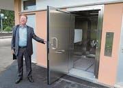 Markus Rast vor der neuen WC-Anlage am Bahnhof Mörschwil. (Bild: Peyman Mehdiaraghi)