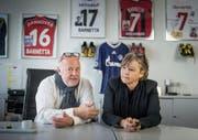 Andrea und Tranquillo Barnetta senior im Büro ihrer Firma in Speicher – im Hintergrund die original Fussballschuhe und Trikots ihres Sohnes. (Bild: Michel Canonica)