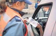 Die Stadtpolizei St.Gallen büsste und informierte gestern abgelenkte Autofahrerinnen und Autofahrer in St.Fiden. (Bild: Urs Jaudas)
