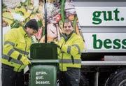 Stadtparlamentarier Andreas Hobi (links) und Stadtrat Peter Jans leeren einen Grüngutcontainer.