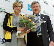 Der Rebsteiner Jürg Litscher, Abteilungsleiter Spitzensport im Kantonalvorstand, gratuliert Evelyne Giger zur Ehrenmitgliedschaft. (Bild: pd)
