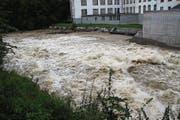 Intensive Regenfälle Ende Juli haben die Wassermassen in der Thur stark ansteigen lassen. Bei der Schleusenbrücke in Lichtensteig stürzen sie in einer gigantischen Menge über das Wehr. (Bild: Martin Knoepfel)