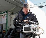 Roman Wiederkehr bereitet die HF-Kamera für den Einsatz vor. (Bild: PD)