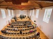Sitzen wie im Mehrzwecksaal: Während des Auftritts des Gospelchors Wittenbach probieren einige Besucher die neuen Stühle aus. (Bilder: Urs Bucher)