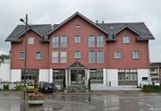 Das Hotel-Restaurant Bären beim Bahnhof in Bazenheid. Rechts unten bei der Beschriftung «Flurina Kosmetik» wird in diesem Jahr eine Rezeption mit Frühstücksraum realisiert. (Bild: Beat Lanzendorfer)